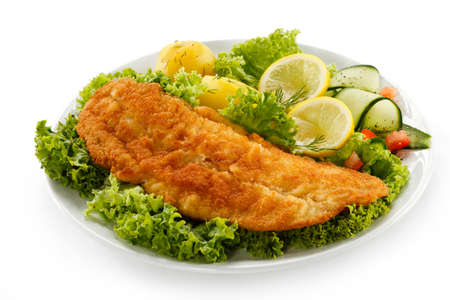 pescado frito: Plato de pescado - Filete de pescado frito con verduras