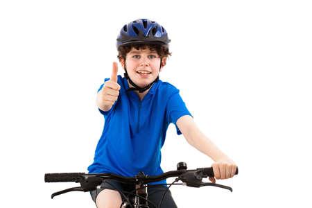 niños en bicicleta: El ciclista que muestra signo de OK sobre fondo blanco Foto de archivo
