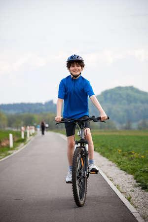 cicla: Niño en bicicleta