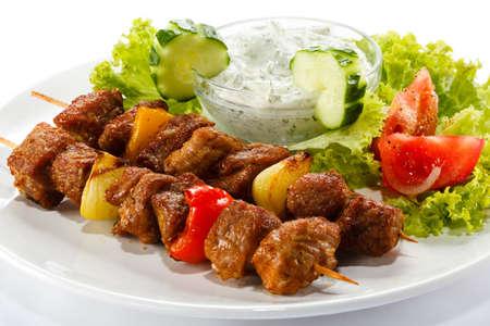 pinchos morunos: Kebab - carne a la brasa y verduras Foto de archivo