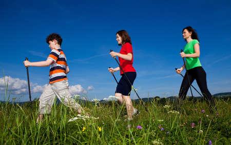 Nordic Walking - activa de la familia caminando al aire libre