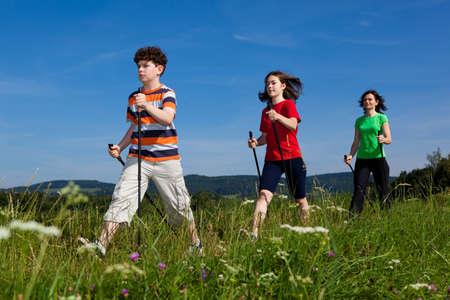 ni�os caminando: Nordic Walking - activa de la familia caminando al aire libre