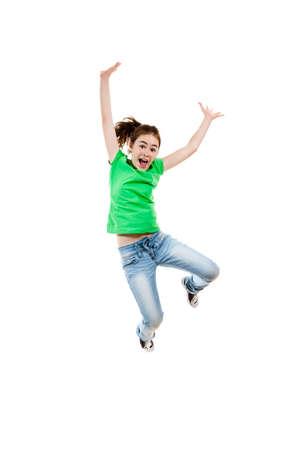 pulando: A menina que salta isolado no fundo branco