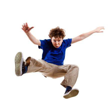 persona saltando: El salto del muchacho, funcionamiento aislado sobre fondo blanco