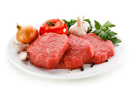 carne cruda: Carne de res cruda en el fondo blanco