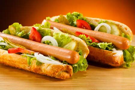 perro comiendo: Hot dog Foto de archivo