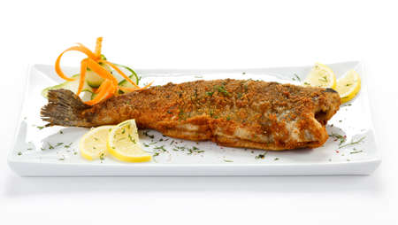 plato de pescado: Plato de pescado - trucha frita en el fondo blanco