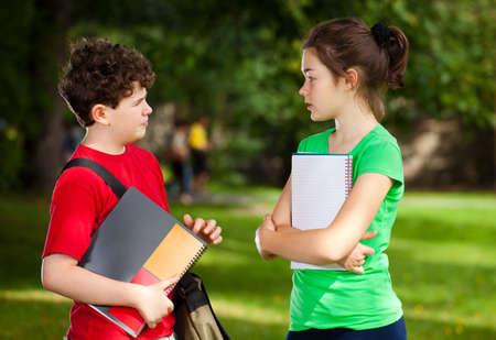 niÑos hablando: Los estudiantes al aire libre Foto de archivo