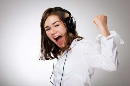 listening music: Chica con auriculares