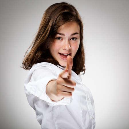ragazza che indica: Giovane ragazza di puntamento Archivio Fotografico