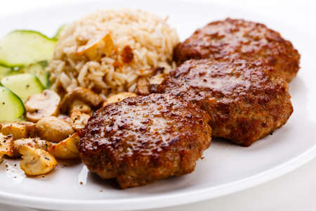 champignons: Fried steaks with rice and vegetable salad