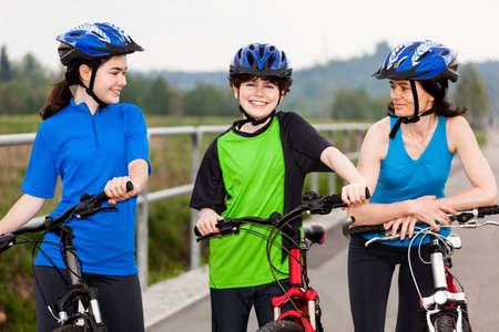 riding helmet: Familia en bicicleta Foto de archivo