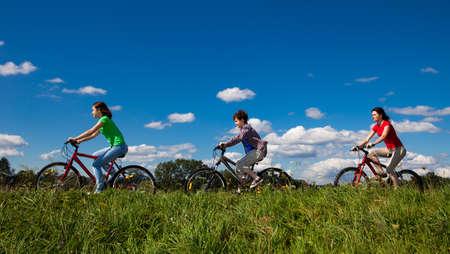 Familie paardrijden fietsen