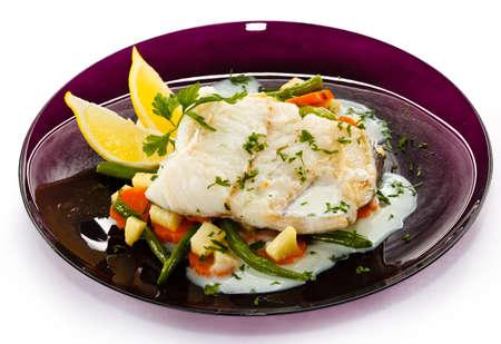plato de pescado: Un plato de pescado - filete de pescado en salsa y verduras