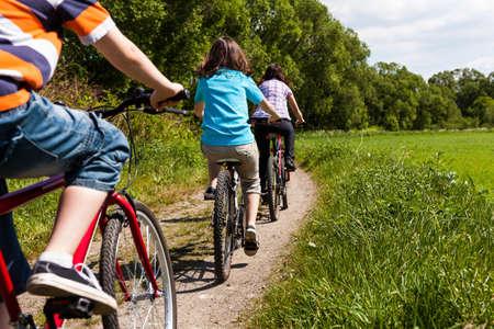 andando en bicicleta: Motos pareja con beb�
