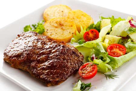vlees: Gegrilde biefstuk, gebakken aardappelen en groenten