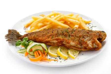 plato de pescado: Un plato de pescado - pescado frito, papas fritas y verduras Foto de archivo