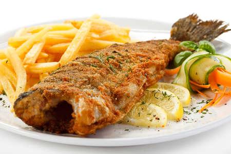 trucha: Un plato de pescado - pescado frito, papas fritas y verduras Foto de archivo