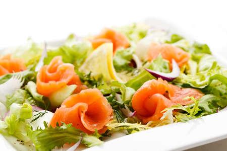 salmon ahumado: Salmón ahumado con vegetales Foto de archivo