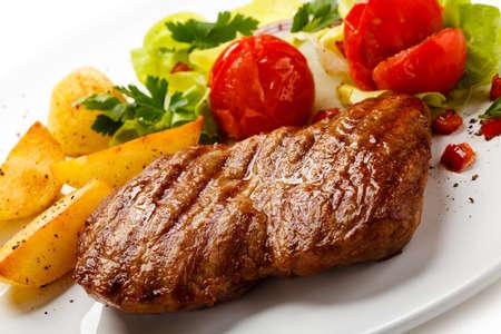 Grilled steak, fried potatoes and vegetable salad Zdjęcie Seryjne
