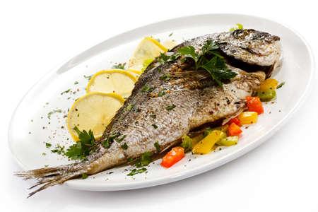 plato de pescado: Un plato de pescado - pescado asado y verduras
