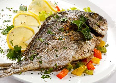 pescado frito: Un plato de pescado - pescado asado y verduras