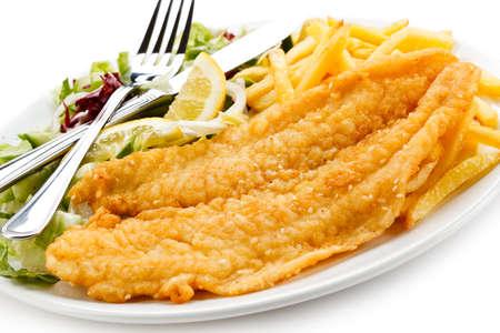 filete de pescado: Un plato de pescado - filete de pescado frito, papas fritas con verduras Foto de archivo