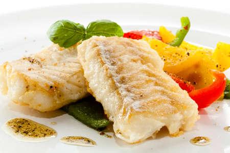 plato de pescado: Plato de pescado - frito filetes de pescado y verduras