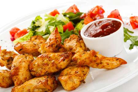 Chicken Nuggets: Carne a la brasa y verduras en el fondo blanco
