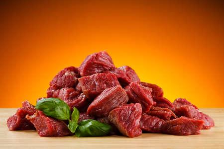 carnicer�a: Carne cruda en la tabla de cortar Foto de archivo