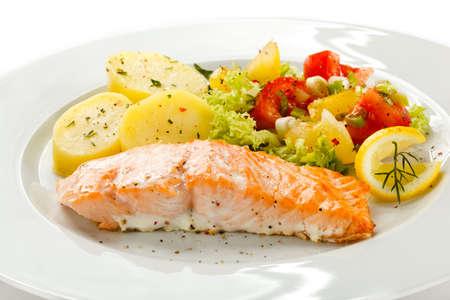 картофель: Жареный лосось и овощи Фото со стока