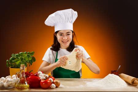 Chica haciendo la masa de pizza photo
