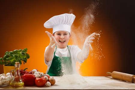 masa: Boy hacer masa de pizza Foto de archivo