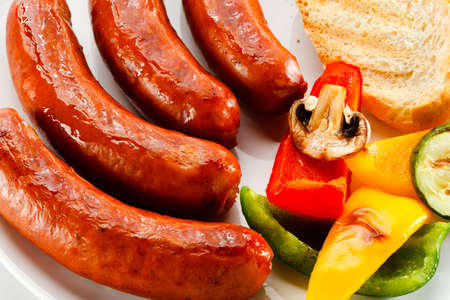 grilled sausages: Grilled sausages, bread and vegetables