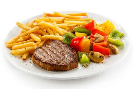 papas fritas: Carne a la parrilla, papas fritas y verduras