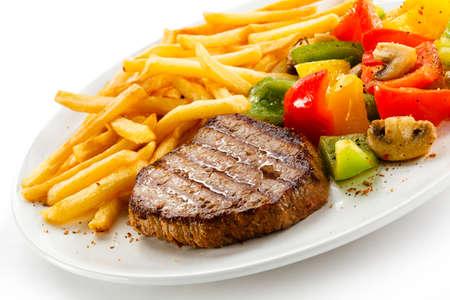 pollos asados: Carne a la parrilla, papas fritas y verduras
