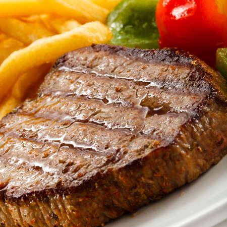 carne de res: Carne a la parrilla, papas fritas y verduras