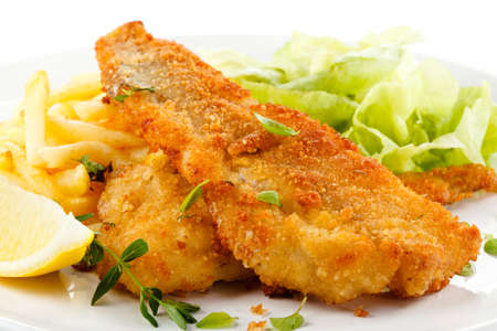 fish chips: Un plato de pescado - filete de pescado frito, papas fritas con verduras Foto de archivo