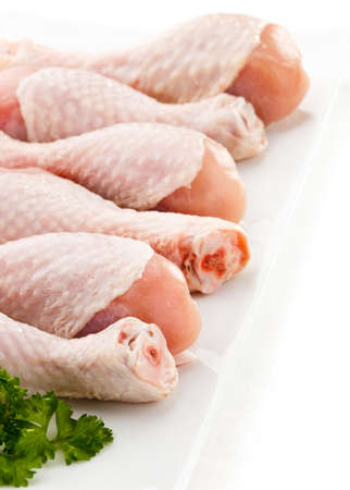 가금류: 흰색 배경에 원시 닭 다리