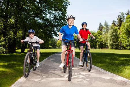 niños en bicicleta: Ciclistas