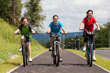 niños en bicicleta: Ciclismo familia Activo Foto de archivo