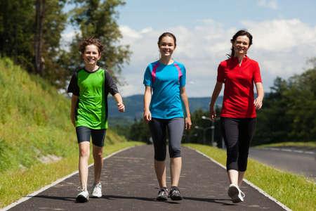 ni�os caminando: Activo familia - madre e hijos wlking, correr al aire libre Foto de archivo