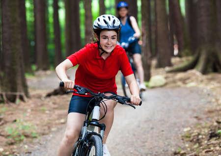 niños en bicicleta: Las mujeres andar en bicicleta