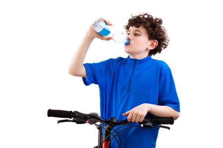 niños en bicicleta: Agua potable Ciclista aislado sobre fondo blanco Foto de archivo