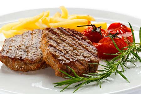 Carnes a la parrilla, papas fritas y verduras