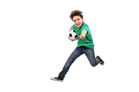 ni�o corriendo: Ni�o jugando f�tbol aisladas sobre fondo blanco Foto de archivo