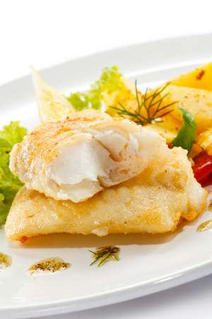 plato de pescado: Plato de pescado - filetes de pescado frito y verduras Foto de archivo