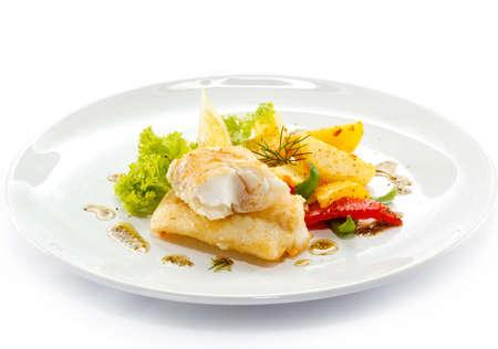 Fischgericht - gebratene Fischfilets und Gemüse