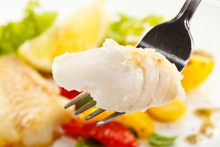 plato de pescado: Un plato de pescado - Filetes de pescado frito y verduras Foto de archivo