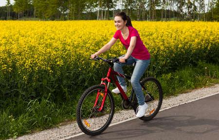 andando en bicicleta: Mujer en bicicleta Foto de archivo